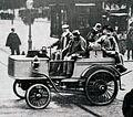 Jules-Albert de Dion à la Porte Maillot, avant son départ au Paris-Marseille-Paris 1896, avec son break à vapeur.jpg
