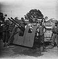 KNIL militairen poseren bij afweergeschut, Bestanddeelnr 10968.jpg