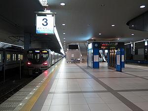 Kansai Airport Station - A JR West Kansai Airport Line train arriving at Platform 3. Platform 4 is on the right.