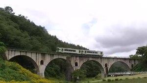 File:Kiha 100 lokale trein passeert de Miyamori-gawa brug, -14 Aug. 2012 a.webm