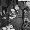 Koningin Juliana ontvangt een boek en prins Bernhard een speciale penning, Bestanddeelnr 917-8937.jpg