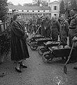 Koningin Juliana praat met arbeiders met kruiwagens die onderdeel uitmaken van h, Bestanddeelnr 907-7282.jpg
