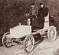 Léon Serpollet après son record du km arrêté à la côte de Gaillon en 1901 avec madame.jpg