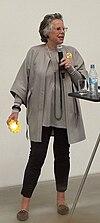 Langen-Crasemann Sabine mit gelber LED-Solarlampe.jpg