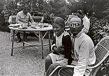 Beria (à droite) avec Staline (au fond) et la fille de celui-ci, Svetlana.