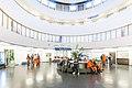 Lentomatkustajia Malmin lentoaseman terminaalirakennuksessa.jpg
