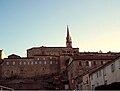 Les remparts et l'église au soleil couchant à Joyeuse.JPG