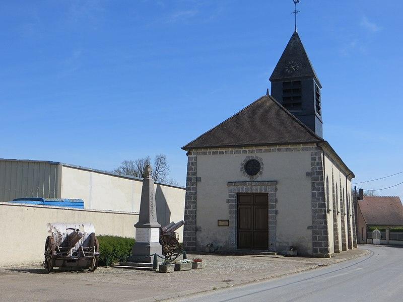 Monument aux morts de la commune, flanqué de deux canons, devant l'église Saint-Memmie