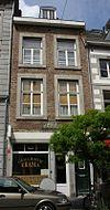 foto van Huis met lijstgevel, voorzien van vensters in Naamse steen.