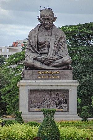 Mahatma Gandhi Statue, Vidhana Soudha (02).jpg