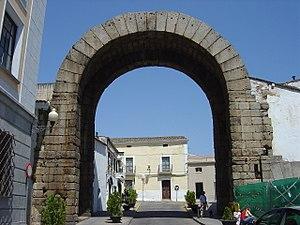 Roman Provincial Forum (Mérida) - Image: Merida Arco de Trajano