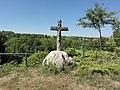 Merval (Aisne) croix de chemin surplombant le paysage.JPG