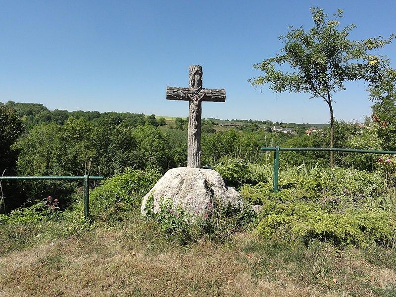 Merval (Aisne) croix de chemin surplombant le paysage