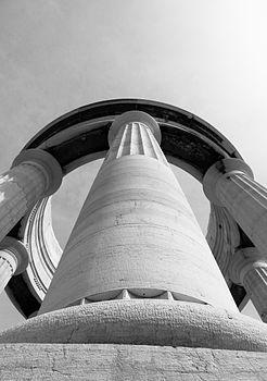 Monumento ai Caduti Ancona colonna.jpg