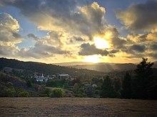 La suno kaj nuboj super Moraga, Kalifornio en 2014.