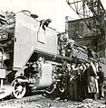 Muncitori reșițeni sărbătoresc cea de a 1 000-a locomotivă produsă de ei, în cadrul primului plan cincinal.jpg
