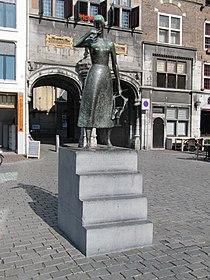 Nijmegen - Standbeeld van Mariken van Nieumeghen van Vera van Hasselt op de Grote Markt.jpg