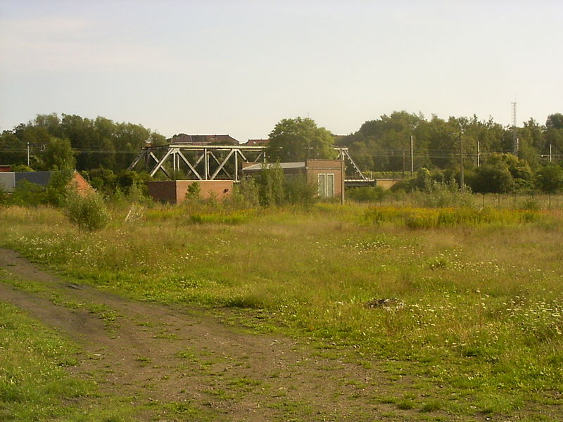 Oignies, spoorbrug over de Samber vanaf de weg