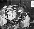 Oliebollenbakken in Oranje Nassau Kazerne voor Emma Kinderziekenhuis, Bestanddeelnr 904-9013.jpg