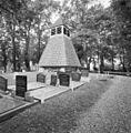 Overzicht klokhuis op kerkhof, gesloopte kerk - Hartwerd - 20345752 - RCE.jpg