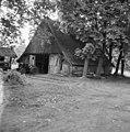 Overzicht van de voorgevel van de houten vakwerkschuur, behorende bij boerderij het Brummelhoes met zicht op baander - Haaksbergen - 20095244 - RCE.jpg