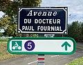 Panneau de l'Avenue du Docteur Paul Fournial sur le campus à Pessac et panneau itinéraire cyclable.jpg