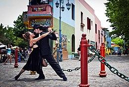 Pareja de Tango bailando en Caminito.jpg