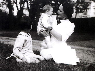 Philippe Sollers - Philippe Sollers in Bordeaux in the homestead park in 1937 with his mother and his sister Annie.