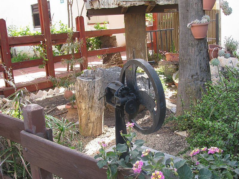 Mazkeret Batya Israel  city photo : מכונה ישנה לחיתוך ירק בחצר המוזיאון שם ...