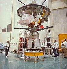 Il Pioneer 10 montato sul motore Star-37E, subito prima di essere incapsulato per il lancio.