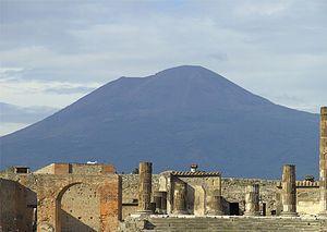 Das antike Pompeji mit dem Vulkan Vesuv im Hintergrund