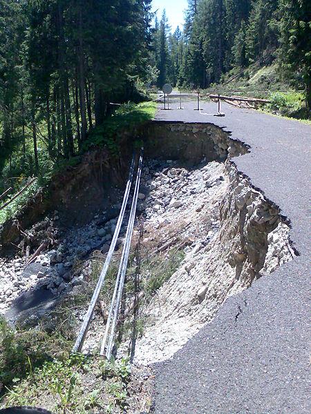 File:Prepadnutá cesta medzi Popradským a Štrbským Plesom.jpg