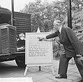 Prinselijke pantserauto in museum, chauffeur T Bergman heeft de auto op zijn la, Bestanddeelnr 914-2386.jpg