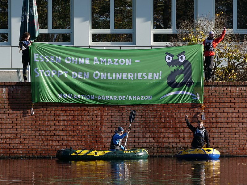 File:Protest banner in front of Amazon logistics center in Berlin-Tegel 5.jpg