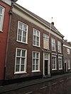 foto van Huis met eenvoudige lijstgevel, ingang met witte pilasters