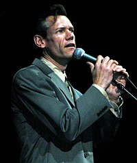 "Randy Travis sings his chart-topping song ""Three Wooden Crosses,"" at the DoD-sponsored salute to Korean War veterans at the MCI Center in Washington, 26 Julai 2003."