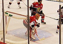 Photographie du gardien de but Ray Emery et de Chris Philips en action.