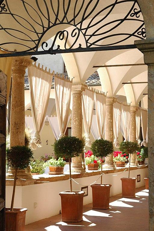 Hotel Relais Il Chiostro. Interno del chiostro del Convento di San Francesco