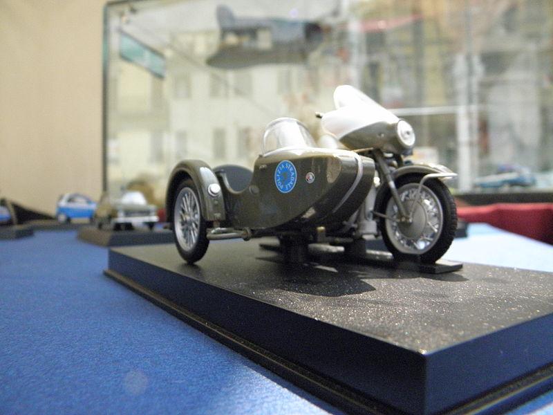 File:Rovigo, festa della Polizia di Stato 2011, modello Guzzi V 7 Sidecar (2).JPG
