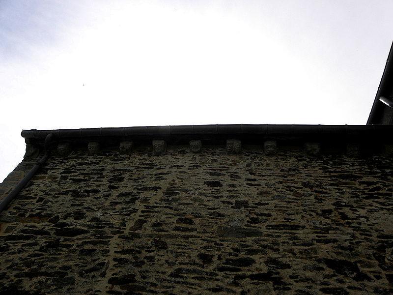 Église Saint-Uniac, commune de Saint-Uniac (35). Corniche à modillons du croisillon sud.