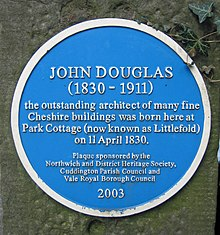 "Eine runde blaute Tafel mit den englischen Aufschrift ""JOHN DOUGLAS (1830–1911) the outstanding architect of many fine Cheshire buildings was born here at Park Cottage (now known as Littlefold) on 11 April 1830. Plaque sponsored by the Northwich and District Heritage Society, Cuddington Parish council and Vale Royal Borough Council 2003"""