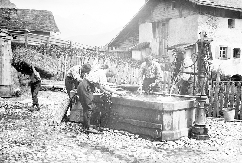 File:Saubermachen am Brunnen - CH-BAR - 3236901.tif