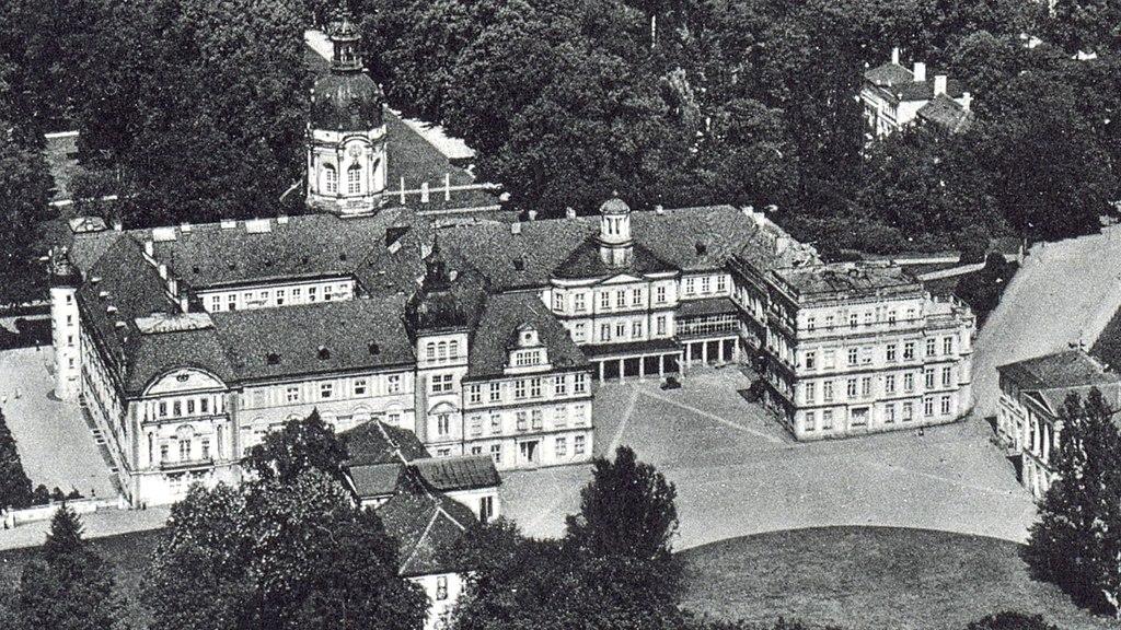 Schloss Neustrelitz Luftbild Kavalierhäuser um 1920.jpg