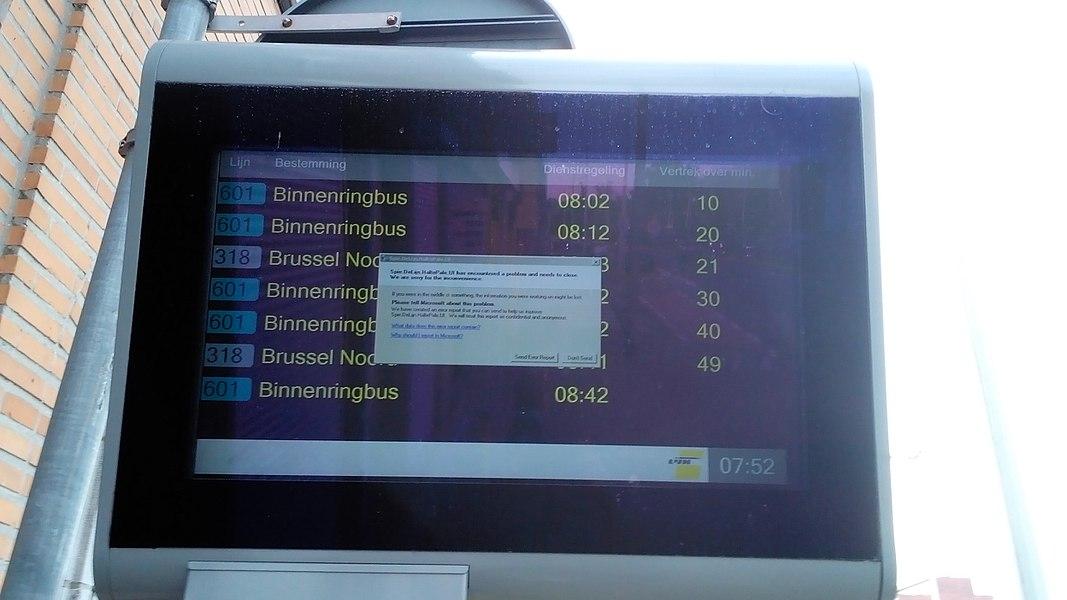 Scherm met real time informatie over De Lijn 601 and 318 aan de Naamsepoort te Leuven met foutmelding, zoals die er al te vaak op staan.