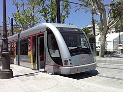 Metrocentro en periodo de pruebas transitando por la Plaza Nueva.