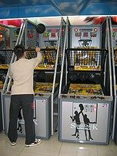 Un simulateur de basket-ball dans une salle de jeu à Tokyo.