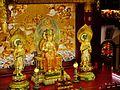 Singapore Buddha Tooth Relic Temple Innen Vordere Gebetshalle 17.jpg