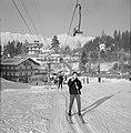 Skiërs bij de sleeplift, Bestanddeelnr 254-4353.jpg