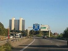 Vue de panneaux d'autoroutes depuis l'autoroute.