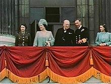 La principessa Elisabetta (a sinistra, in uniforme) sul balcone di Buckingham Palace con (da sinistra a destra) sua madre la regina Elisabetta, il primo ministro britannico Winston Churchill, re Giorgio VI e la principessa Margaret, 8 maggio 1945